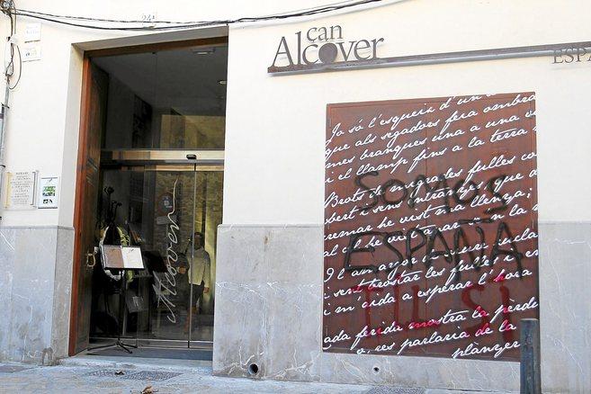 La entrada ayer de Can Alcover, sede de la OCB, atacada recientemente...