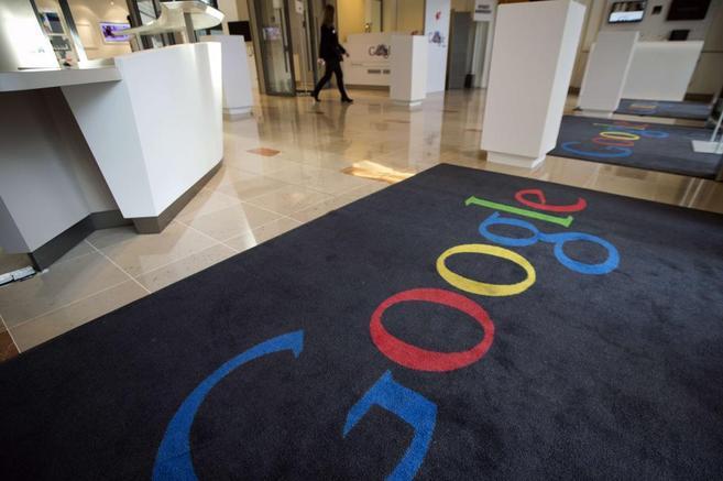 Alfombra con el logo de Google en una de sus oficinas.