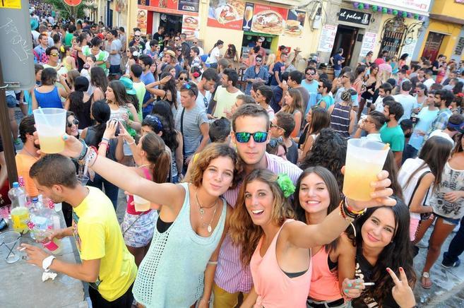 Un nutrido grupo hace botellón en una calle de Málaga.
