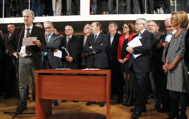 Juan Luis Arsuaga pronuncia unas palabras rodeado por los miembros de...
