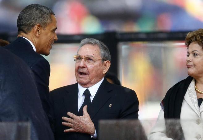 El presidente Obama saluda a Raúl Castro durante el homenaje a Nelson...