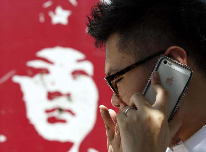 Un hombre habla por el teléfono móvil en Beijing.
