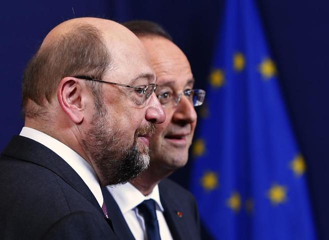 El presidente del PE, Martin Schulz, y el presidente francés,...