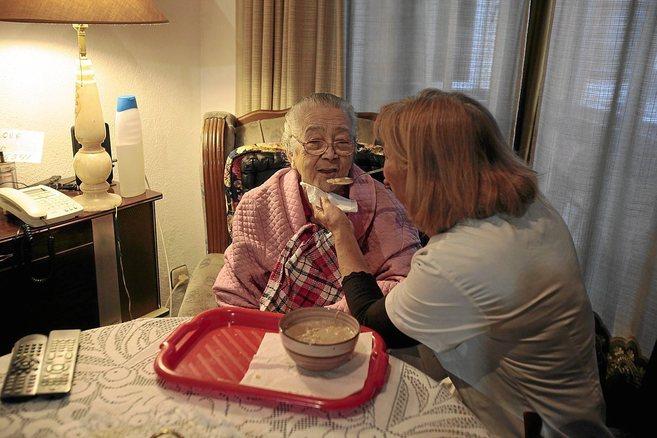 Luisa, enferma de Alzheimer, en su casa de la barriada El Carmen de...