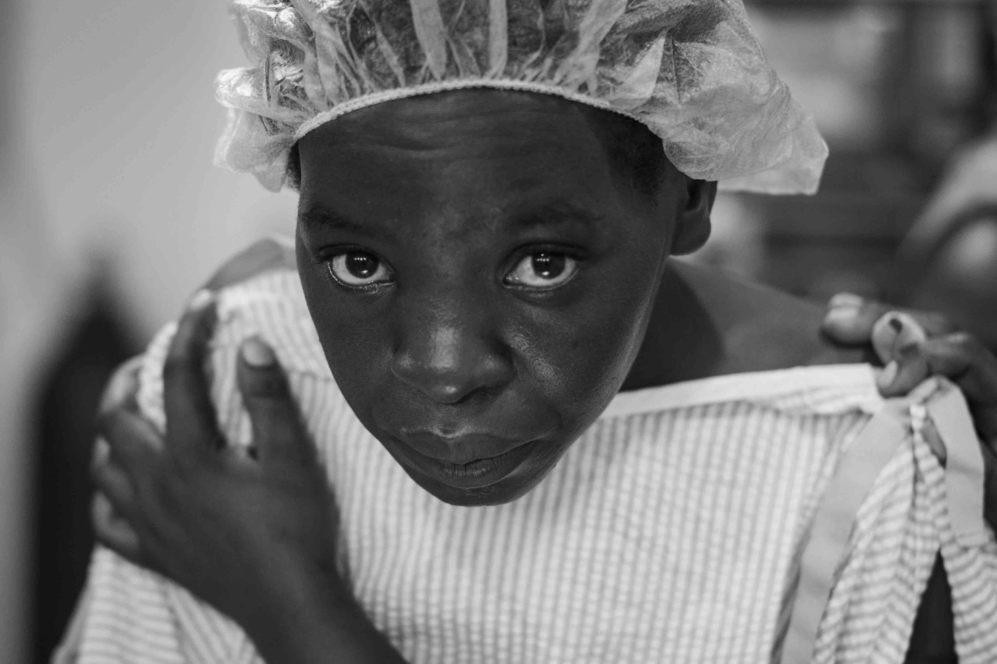 Furaha, de 20 años y origen ruandés, en el quirófano del hospital...