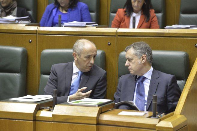 El portavoz del Ejecutivo, Josu Erkoreka, conversa con el lehendakari,...
