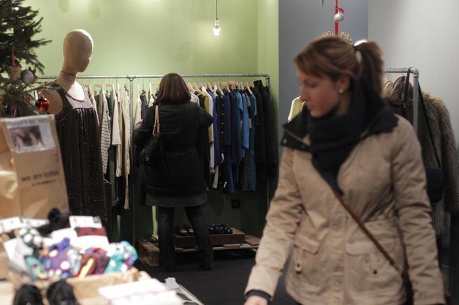 Consumidora mirando los productos de una tienda