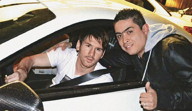 Messi, dentro de un coche blanco, es abrazado por Andrés Barco, fuera...
