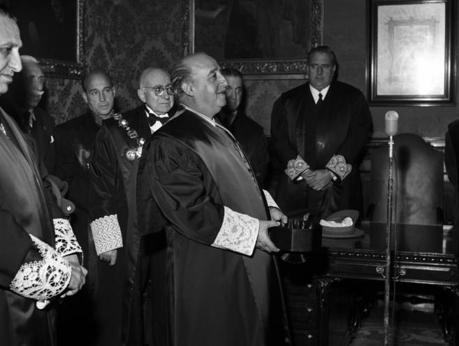 Francisco Franco, acompañado por sus ministros de Justicia y...