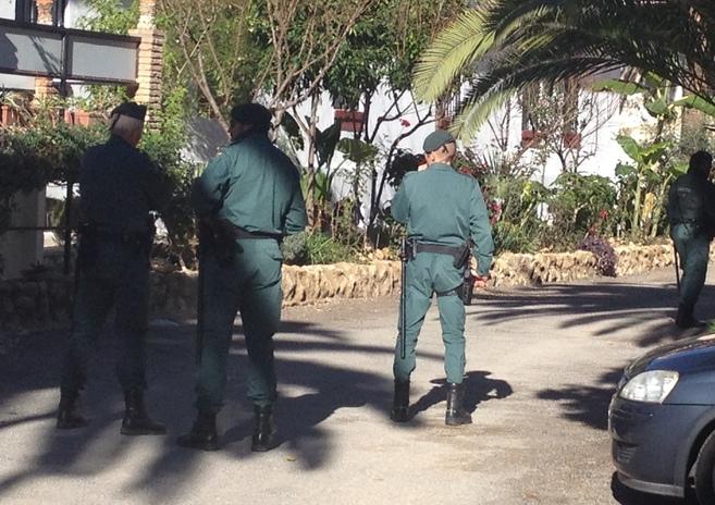 Agentes de la Guardia Civil, durante el registro de una fundación de...