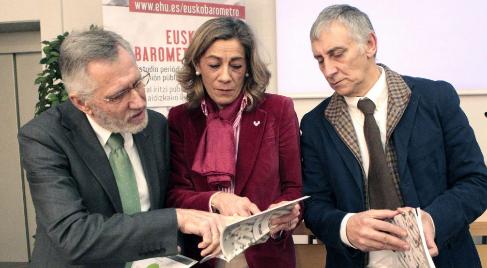 El catedrático, Francisco Llera, la vicerrectora, Amaia Zarraga y el...
