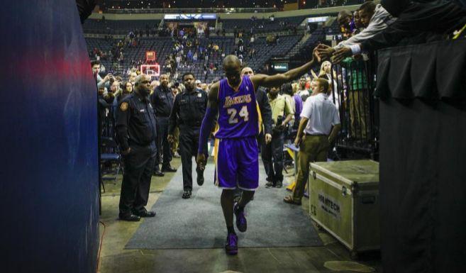 Kobe Bryant de los Lakers sale de la cancha tras el partido contra los...