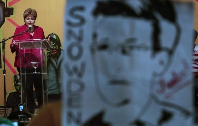 Activistas despliegan un cartel con el rostro de Edward Snowden en un...