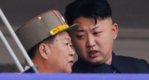 Kim Jong-un junto a Choe Ryong-hae en una parada militar el pasado...