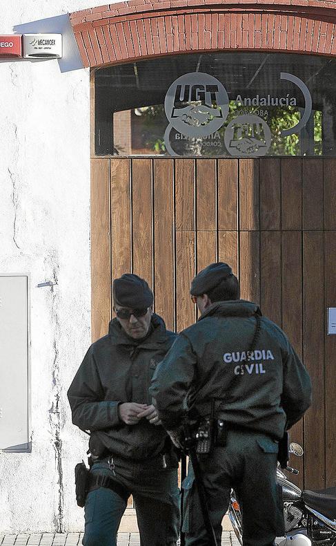 Agentes de la Guardia Civil, ayer, en la sede de UGT Córdoba.