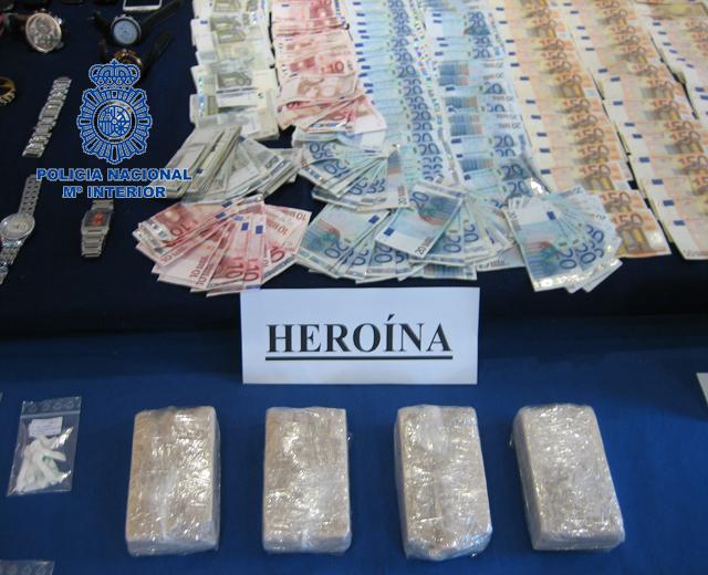 Sustancia intervenida por la Policía Nacional junto a miles de euros.