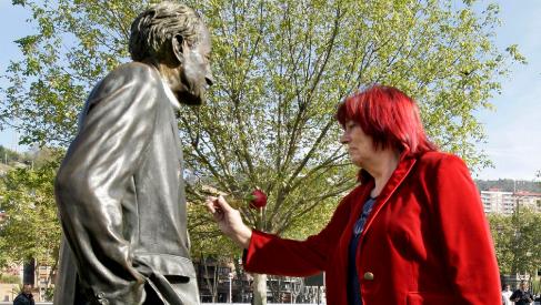 Lentxu Rubial junto a una estatua de su padre en un homenaje en...