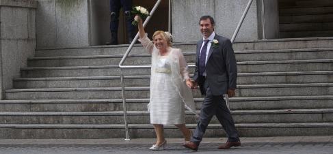 Una pareja de recién casados sale del juzgado de Bilbao.