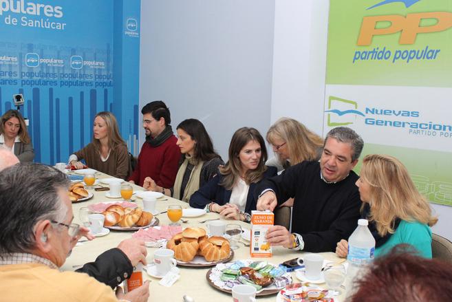 El concejal del PP Juan José Marmolejo se sirve zumo del Banco de...