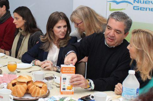 El concejal Juan José Marmolejo se sirve zumo del Banco de Alimentos.
