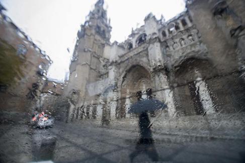 Vista de la catedral de Toledo bajo la lluvia.
