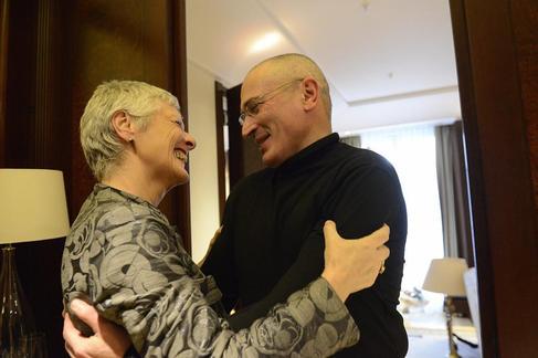 Mijail Jodorkovsky abraza a la lider de los Verdes alemanes tras salir...