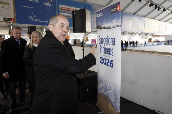 Felip Puig en su visita a la pista de hielo de Barcelona