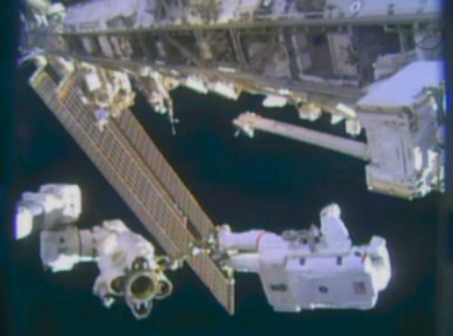 Los astronautas durante el paseo espacial en el exterior de la ISS.