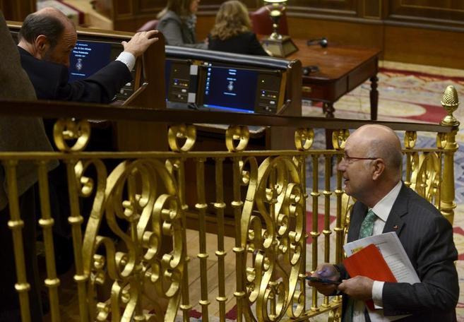 El portavoz de CiU, Josep Antoni Duran i Lleida, charla con el líder...