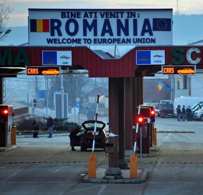 Vista de la frontera rumana, con un cartel que da la bienvenida a la...