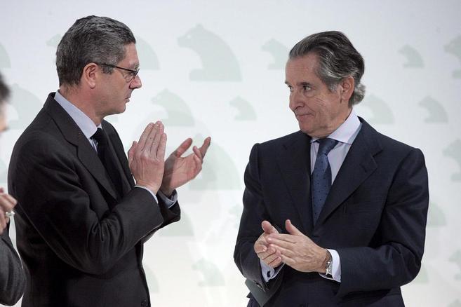Alberto Ruiz- Gallardón, junto a Miguel Blesa, durante la...