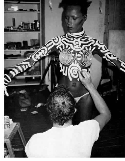 Keith Haring pinta el cuerpo de Grace Jones.