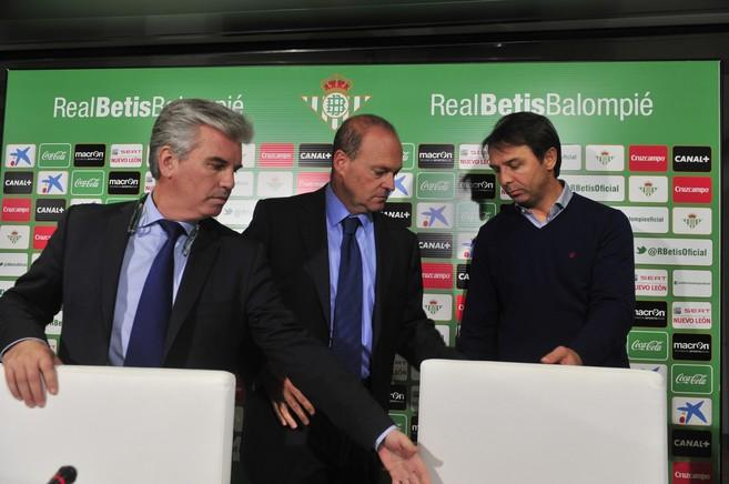 El presidente Guillén y el director deportivo Stosic, escoltando a...