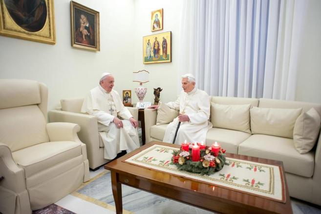 El papa Francisco conversa con  Benedicto XVI en el monasterio Mater...