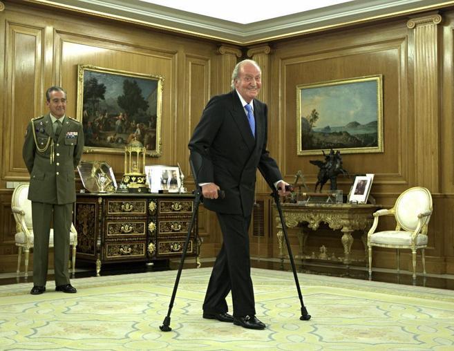 Don Juan Carlos, caminando este otoño en el salón de audiencias de...