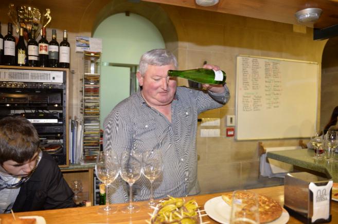 Un tabernero de Mondragón celebra haber ganado el premio Gordo.