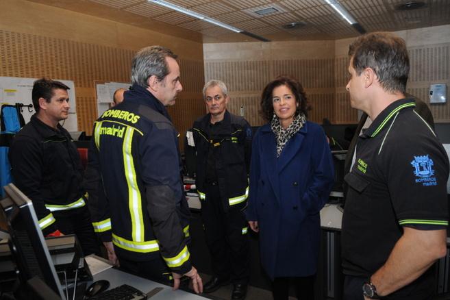 La alcaldesa de Madrid, Ana Botella, con responsables de los bomberos...