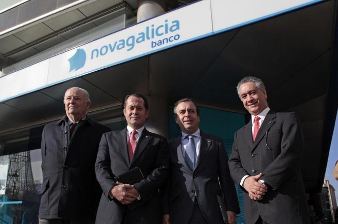 El presidente de Banesco, Juan Carlos Escotet, (segundo por la...