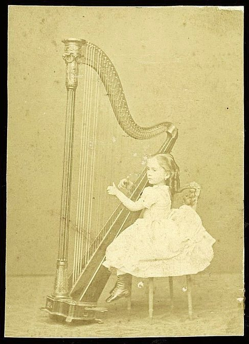 Clotilde Cerdà, la niña precoz del arpa, a los 6 años