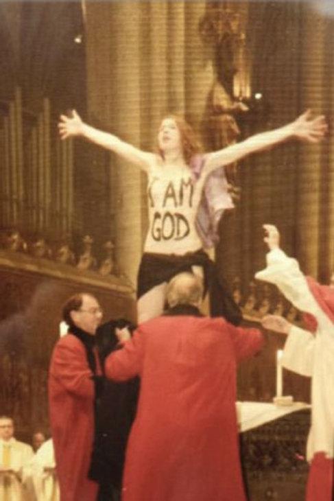 La activista de Femen, en el momento de su detención.