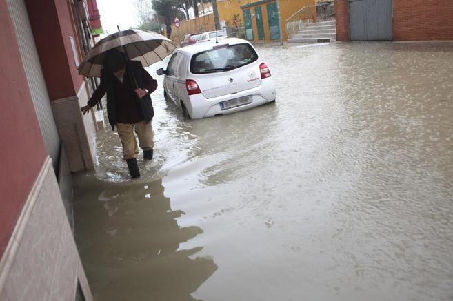 Un hombre camina por una calle inundada en Algeciras (Cádiz).