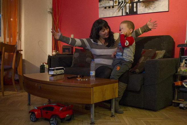 Carmen Ayllón, con su hijo Hugo, aquejado de leucemia.