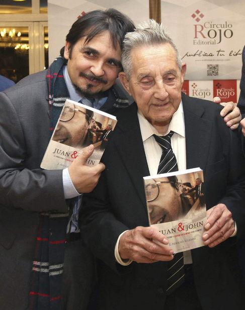 El profesor Juan Carrión (der.), amigo de Lennon en los 60, con el...