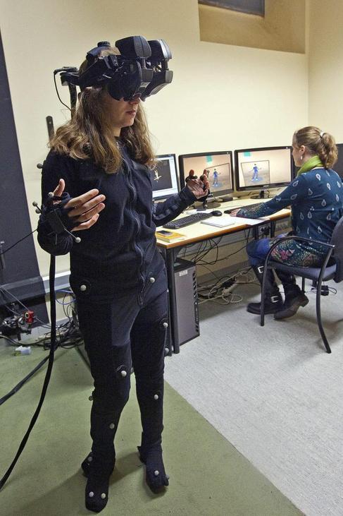 Una joven prueba el programa de realidad virtual en la UB.