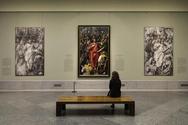 Una mujer contemplando el cuadro 'El expolio de Cristo', de...