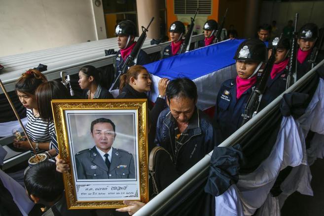 Funeral por uno de los muertos en los choques entre manifestantes y...
