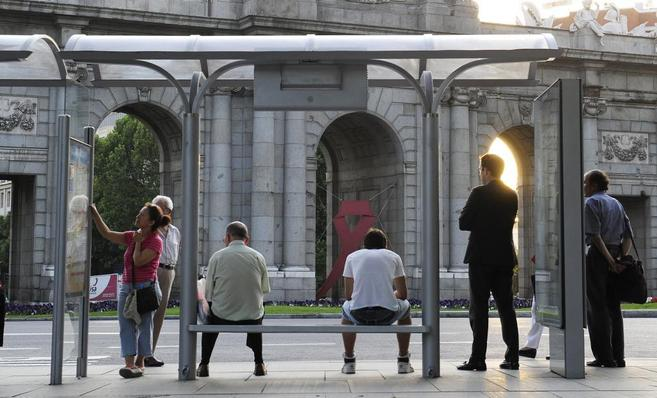 Lazo rojo en la Puerta de Álcala de Madrid