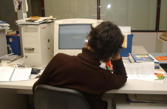 Mujer estresada delante del ordenador de su trabajo.