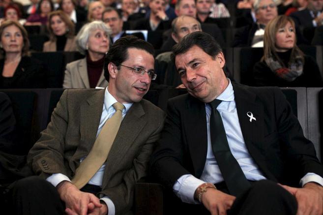 El consejero de Sanidad, Javier Fernández-Lasquetty, junto a Ignacio...