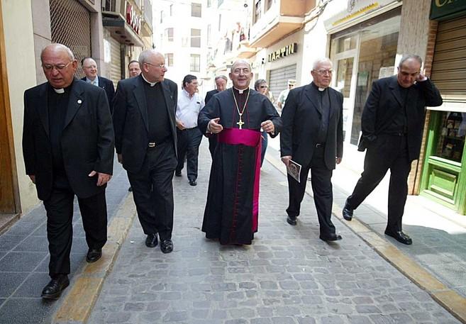 El obispo de Segorbe_Castellón, en el centro, en una imagen de...